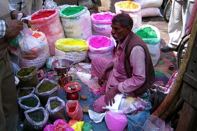 800px-Shop_selling_colours_for_Holi,_Old_Delhi